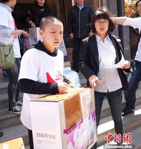 王韵壹为地震捐千件雨衣 不屑恶意言论