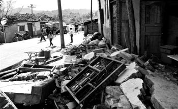 4月24日,天全县新华乡倒塌的民屋 本报记者 纪粤鸣 摄