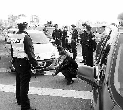 PTU和交警联手截停可疑车辆