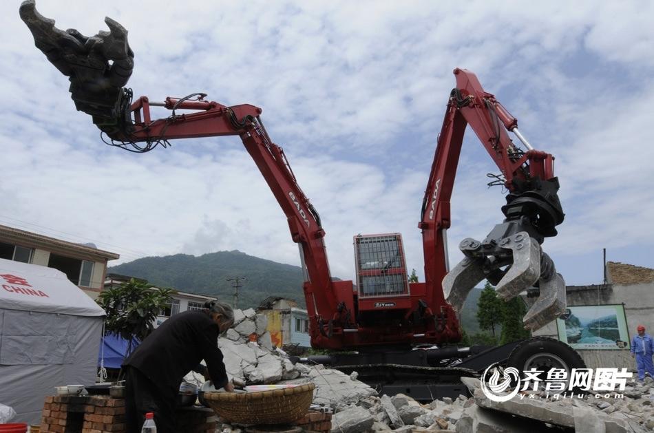 芦山地震第四天 智能双臂机器人参与救援【高清组图】