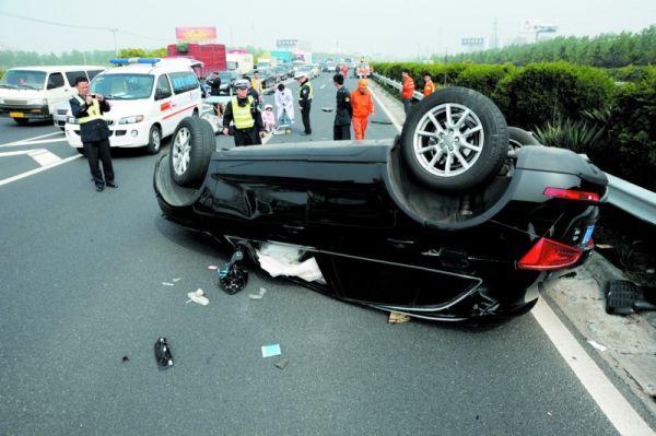 京沪高速Q5撞上施工车翻车 驾驶员被摔出身亡
