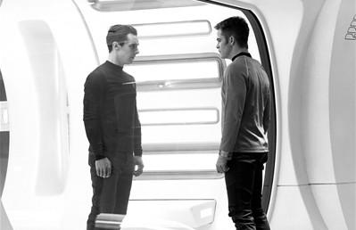 """因英剧《福尔摩斯》被众多中国影迷追捧的""""卷福""""(左)在《星际迷航2》中出演反派,对阵克里斯・派恩(右)。"""