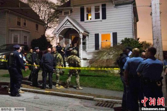 美国波士顿联合反恐任务小组4月16日提供的图片显示,调查人员在波士顿爆炸案现场发现炸弹引爆装置残骸。