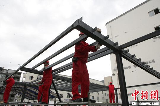图为工作人员安装钢架结构 .周泽山 摄