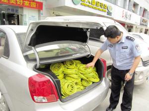 云景路/民警在轿车尾箱查获的电缆