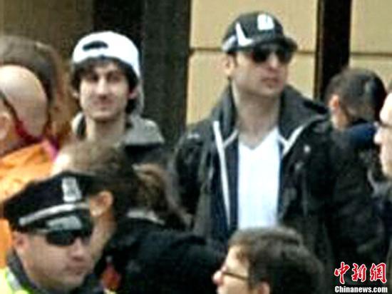 当地时间2013年4月19日凌晨,美国联邦调查局(FBI)发布波士顿爆炸案两名嫌犯在一起的正面照,比数小时前公布的照片更加清晰。FBI希望各大媒体广泛散发此照片。中新社发 李洋 摄