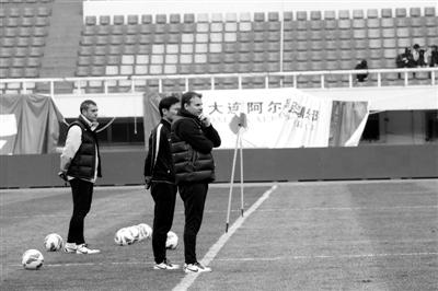 在大连金州体育场,斯塔诺曾经带领大连阿尔滨队取得了不错的战绩。如今,率领国安对阵老东家,他有些纠结。新京报特派记者 田颖 摄
