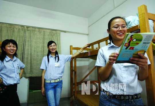 东莞 女孩/东莞巨汉灯饰有限公司女员工宿舍,女工在朗诵爱情诗。