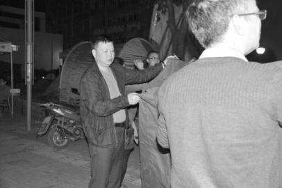 四川分公司总经理程康平连夜奔赴芦山灾区送去救灾物资。