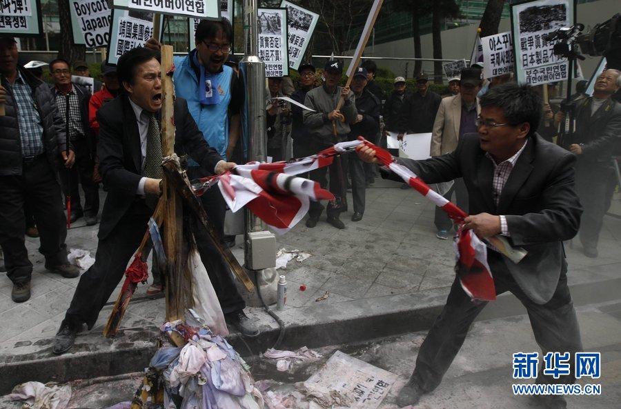 当地时间2013年4月25日,韩国首尔,示威者聚集在日本驻韩大使馆外,焚烧安倍晋三人偶,就日本首相安倍晋三否认侵略历史、袒护内阁人士参拜靖国神社的发言进行抗议。