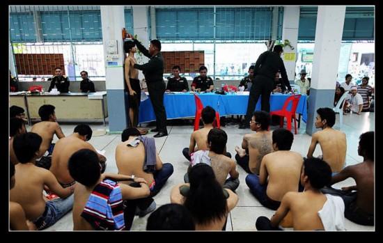 人妖和尚献身泰国征兵现场组图