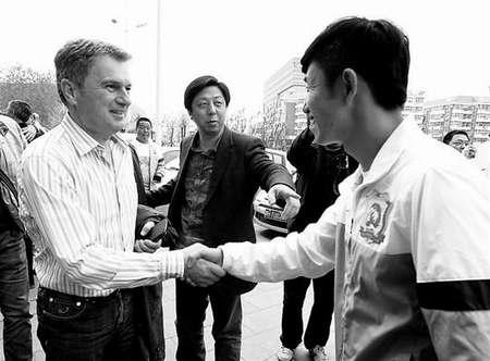 在陈旭东的介绍下,图拔与卓尔教练组和球员见面 记者柯皓摄