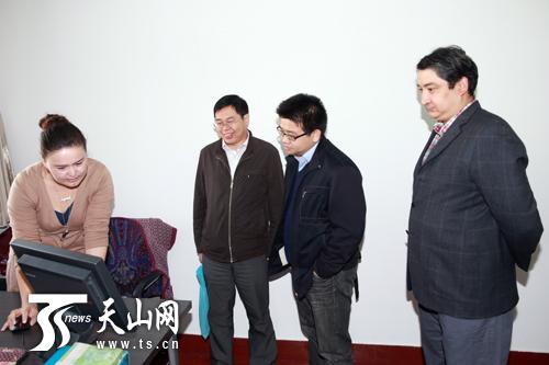 上海东方网朱琪参观天山网(组图)