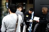 图文:[斯诺克]丁俊晖受到球迷欢迎 为球迷签名