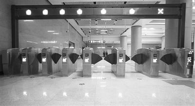 为了方便下火车的乘客进站乘车,10号线丰台站的刷卡通道口设计得大小不一。