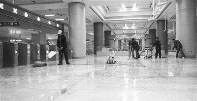 昨日,多名工人正在丰台站内打扫卫生,为10号线的贯通运营作准备。
