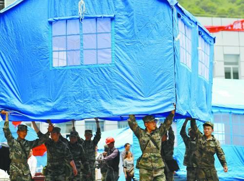 4月25日,救援部队的战士们将搭建好的帐篷移动到指定位置摆放(资料照片)。