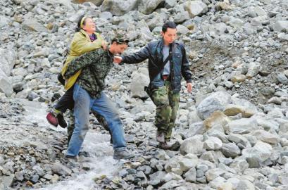 4月29日,因面临泥石流威胁,宝兴县穆坪镇冷木沟村民紧急转移。