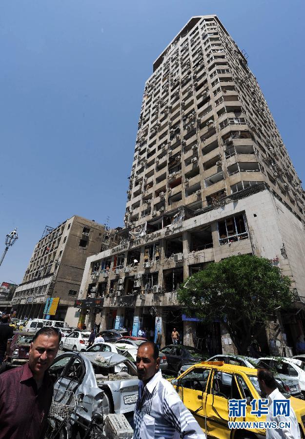 大马士革/4月30日,在叙利亚首都大马士革,人们聚集在爆炸现场。