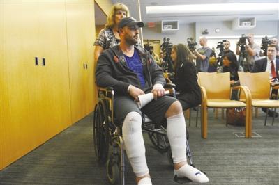 4月30日,波士顿连环爆炸案中的一名伤者加罗德・克劳沃瑞康复后,坐着轮椅出席新闻发布会。