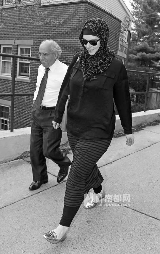 4月29日,塔梅尔兰的遗孀凯瑟琳从律师办公室出来。