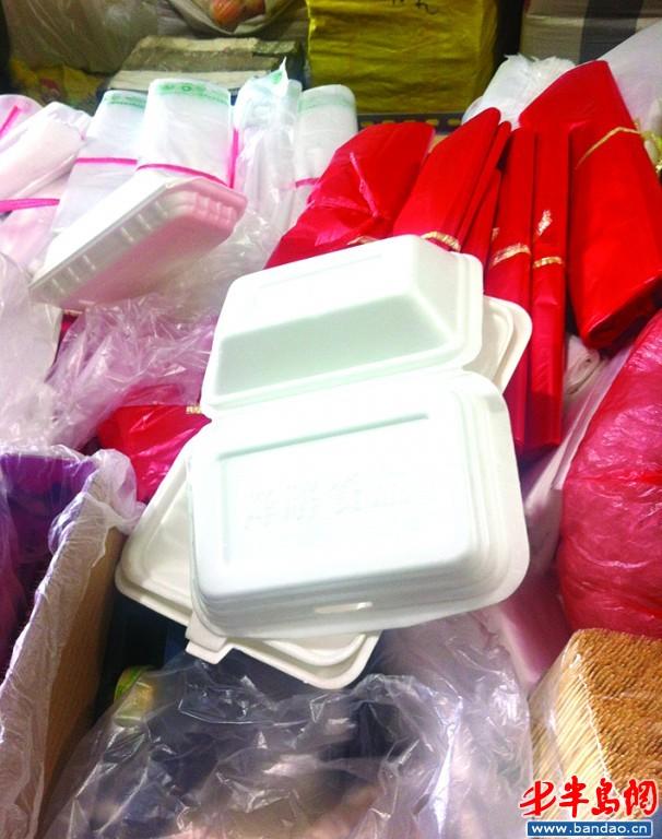 记者走访了抚顺路蔬菜副食品批发市场,发现批发一次性发泡餐具的