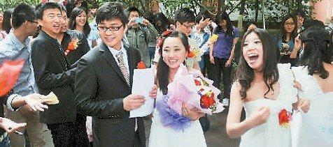 新郎和新娘接受同学们的祝福