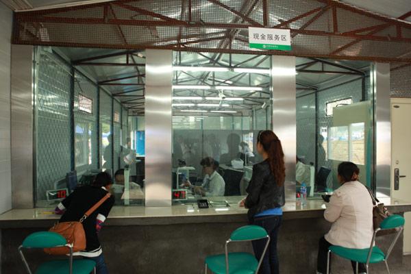 芦山/板房银行内,大堂经理、高低柜柜员及时到岗