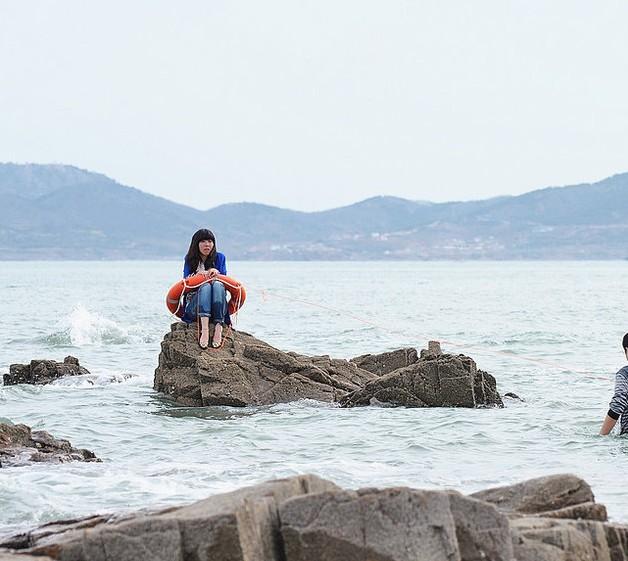青岛海水浴场民警与老外勇救被困女游客(组图)