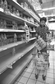 2011年,四川省涪江绵阳段遭锰矿矿渣污染后致自来水无法饮用,图为绵阳一位市民从超市购买矿泉水 新华社资料图片 据新京报报道
