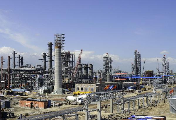 为炼油厂全景图。