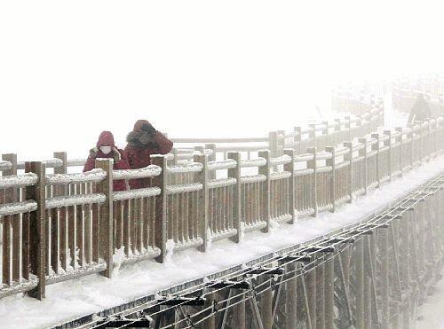 环球网综合报道 据日本《读卖新闻》5月2日报道,受强冷空气影响,日本全国2日气温骤降,以鄂霍次克海为中心,北海道各地出现降雪。