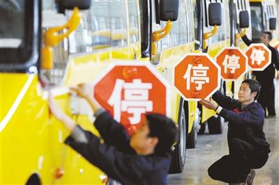 4月28日,江西上饶,江西博能上饶客车员工正在为销往广东客户的订单大鼻子校车做最后的质量安检。图/CFP