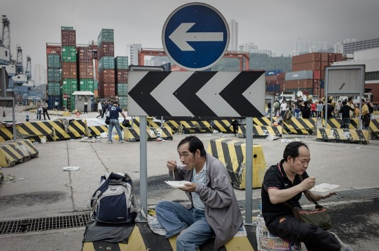 4月17日,香港集装箱码头工人在长江集团总部举行罢工,罢工间隙工人在总部楼外吃中饭。