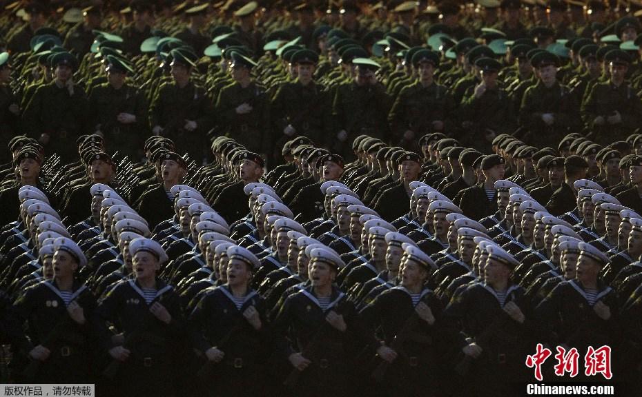 俄罗斯 莫斯科/5月3日,俄罗斯官兵在莫斯科红场进行胜利日阅兵式夜间彩排。