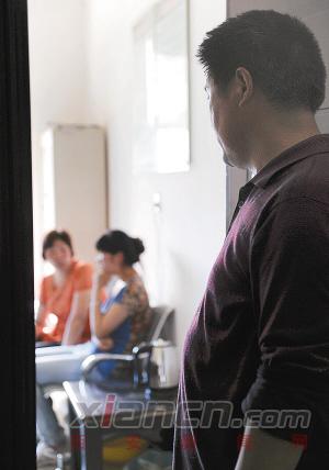 妻子在房内劝说女儿时,杨师傅守在门外