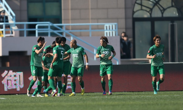 中超图:青岛中能VS杭州绿城  绿城将士庆祝进球