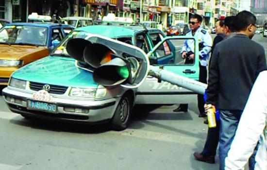 地段街面包车倒车撞倒信号灯 砸坏出租车高清图片