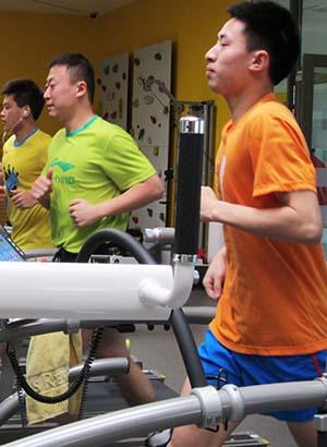 郝帅、马琳、方博进行身体训练