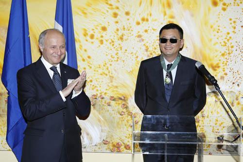 电影新闻    5月5日下午,驻香港法国大使馆为导演王家卫颁发了最高