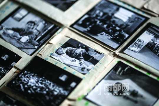画家罗灵收集老照片并采访老人,希望能够通过老人的口述还原顺德工业