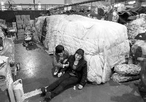 批发户杨老板坐在地上,哭诉自己也是受害者