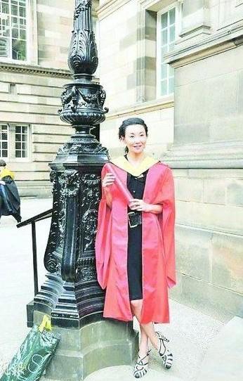 张曼玉获荣誉博士学位。