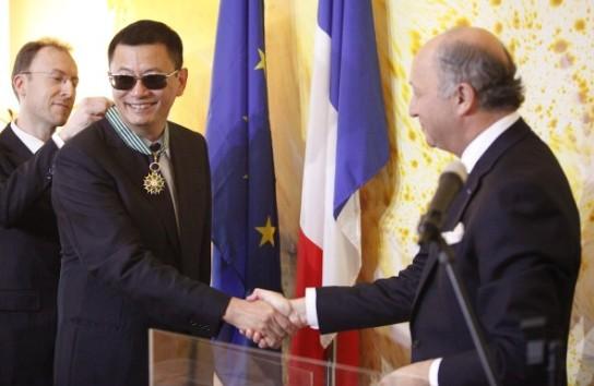 法国大使为王家卫颁发勋章。