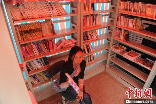 5月7日,四川芦山县城设立的帐篷书屋吸引了一些读者进来读书。目前,芦山地震灾区民众的文化生活也逐步得到恢复。中新社发 张浪 摄