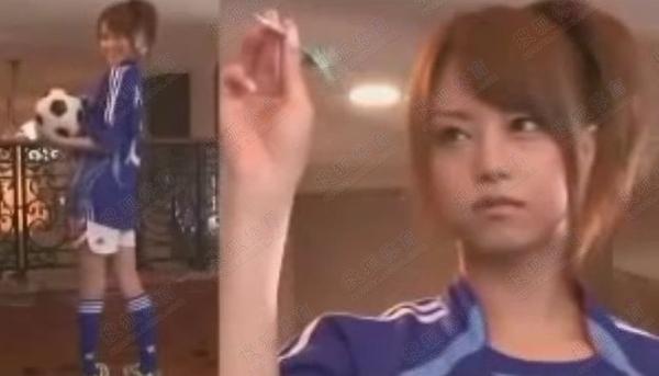 吉泽明步身着日本国家队队服,摆出各种姿势,大秀身材,展示足球脚法.