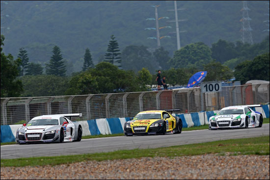 第二回合专业组前三甲奥迪Ultra车队安德列・库托(左)、奥迪泰达车队熊龙(右)、锦龙车队方骏宇(中)在赛道上展开激烈角逐