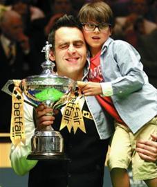 奥沙利文(左)与儿子小罗尼庆祝夺冠。 新华社发