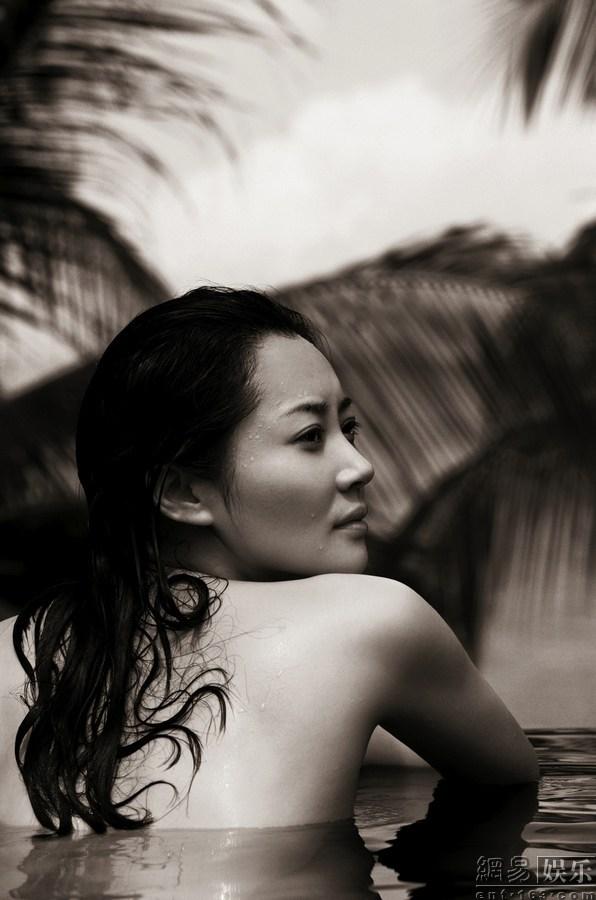 女人的尺度说的真好_44岁许晴破尺度拍写真 锦缎遮体性感魅惑(组图)-搜狐滚动