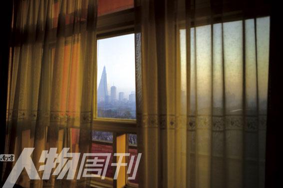 从帘纱半掩的窗户看柳京饭店